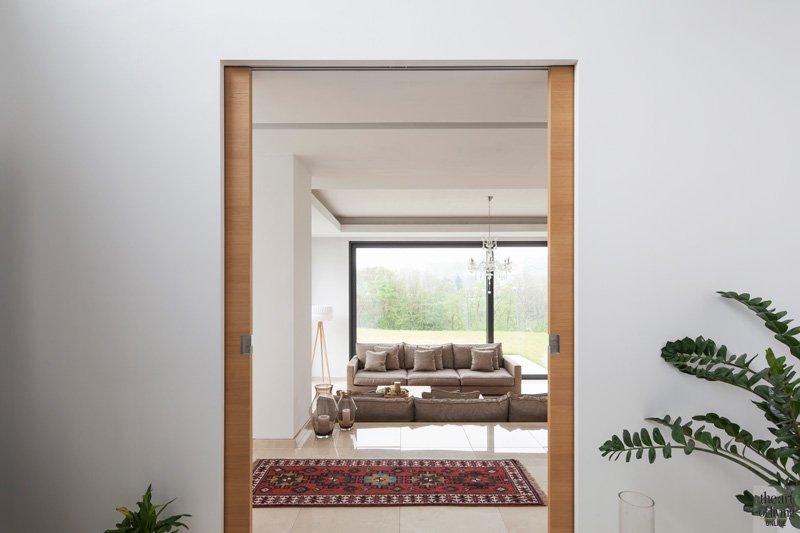 Zicht op de woonkamer, deur van Brems