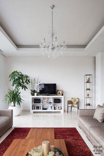 Sfeervolle hoek met tv en planten. Marmere vloer van Beltrami