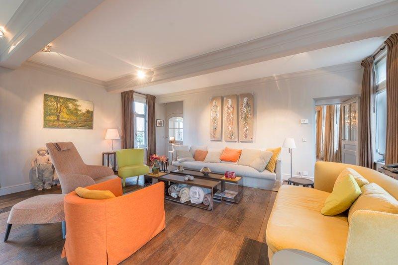 Woonkamer, kleurrijk interieur, houten vloer, herenhoeve, Bernard de Clerck