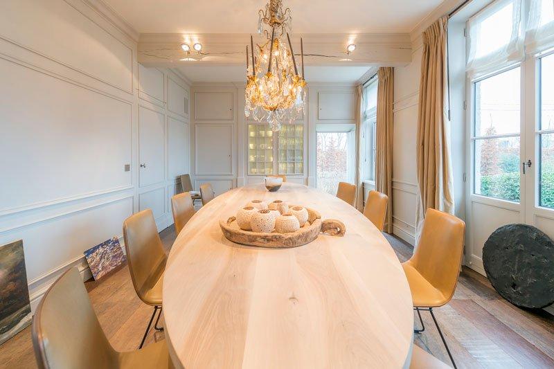 Eettafel, hout, surfplankmodel, imposant, kroonluchter, herenhoeve, Bernard de Clerck