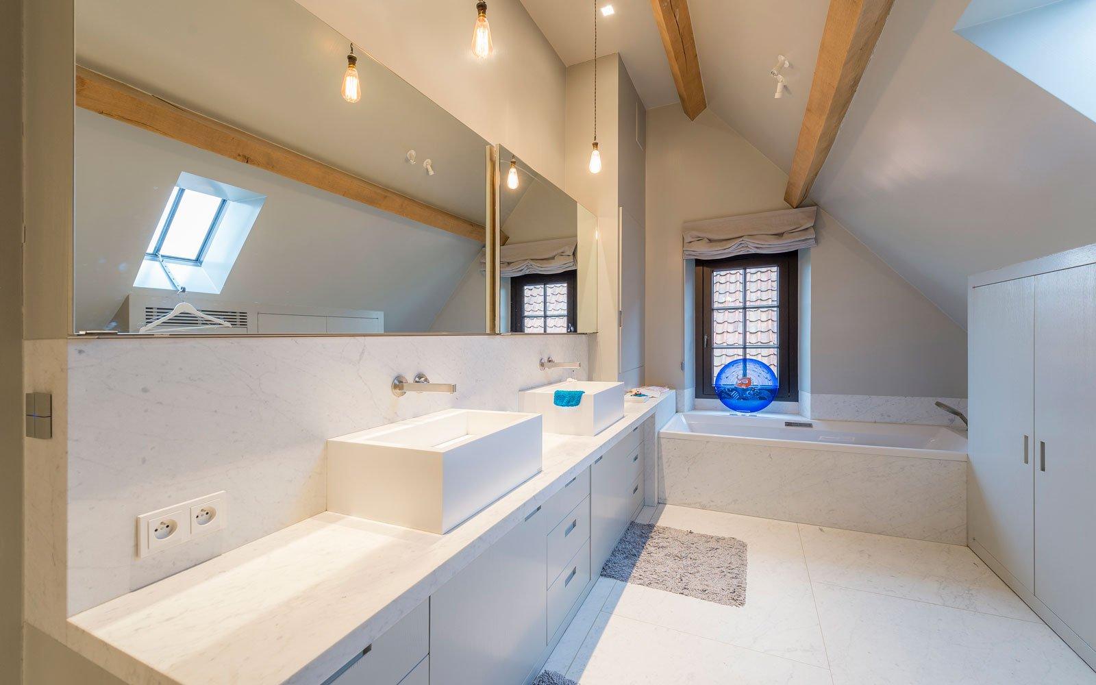 Badkamer, strak en wit,CARRARA SABLINO, houten balken, Vergeten Verlichting, herenhoeve, Bernard de Clerck