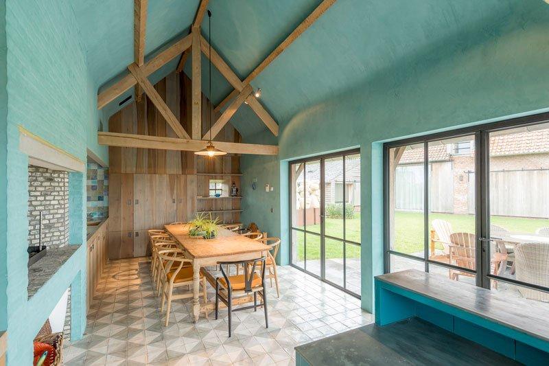 Leefruimte, zomerhuis, stoelen RR Interieur, houten balken, schuur, turquoise, herenhoeve, Bernard de Clerck