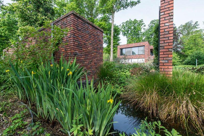 Ook buiten is rode baksteen gebruikt, tuin, natuurlijke omgeving, BVV Architecten, hedendaagse villa