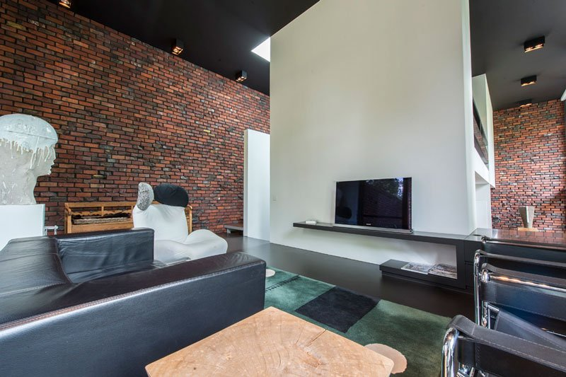 Woonkamer met meubels van Het Arsenaal en Donum en maatwerk door INTERCO, ontworpen door BVV Architecten, Hedendaagse villa