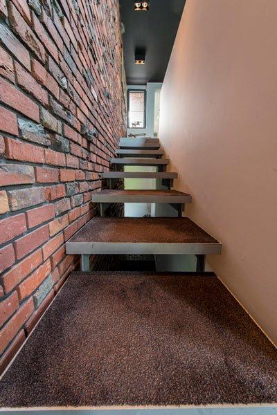 Roodkleurige baksteen, Steenbakkerij Membruggen, misvormde stenen, ruw, speels, trap, BVV Architecten, hedendaagse villa