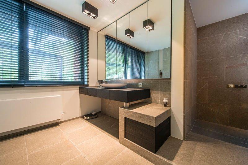 Badkamer, wastafel, inloopdouche, natuursteen van Stone, BVV architecten, Hedendaagse villa