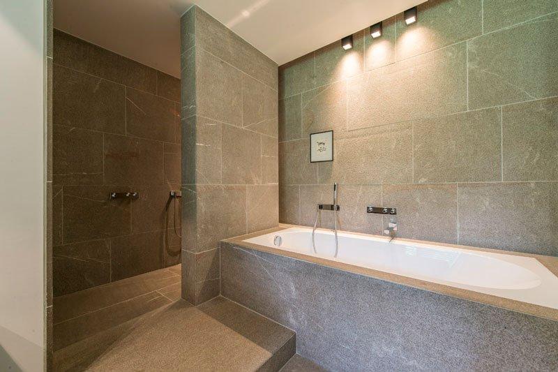 Badkamer, bad, natuursteen van Stone, sanitair, BVV Architecten, Hedendaagse villa