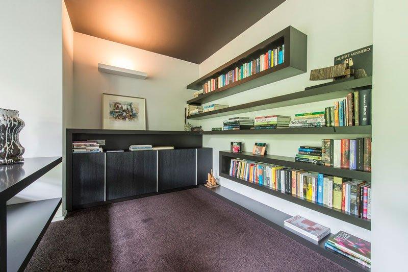 tapijt van HV Interieur, bibliotheekkast, boeken, maatwerk, BVV Architecten, Hedendaagse villa