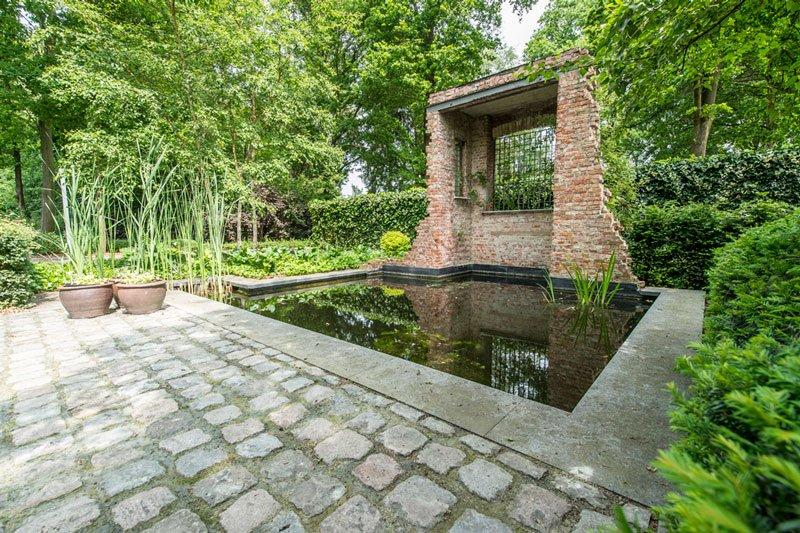 Vijver op de plek waar eerst de kelder was, parkachtige tuin, tuinaanleg Mils, BVV Architecten, hedendaagse villa