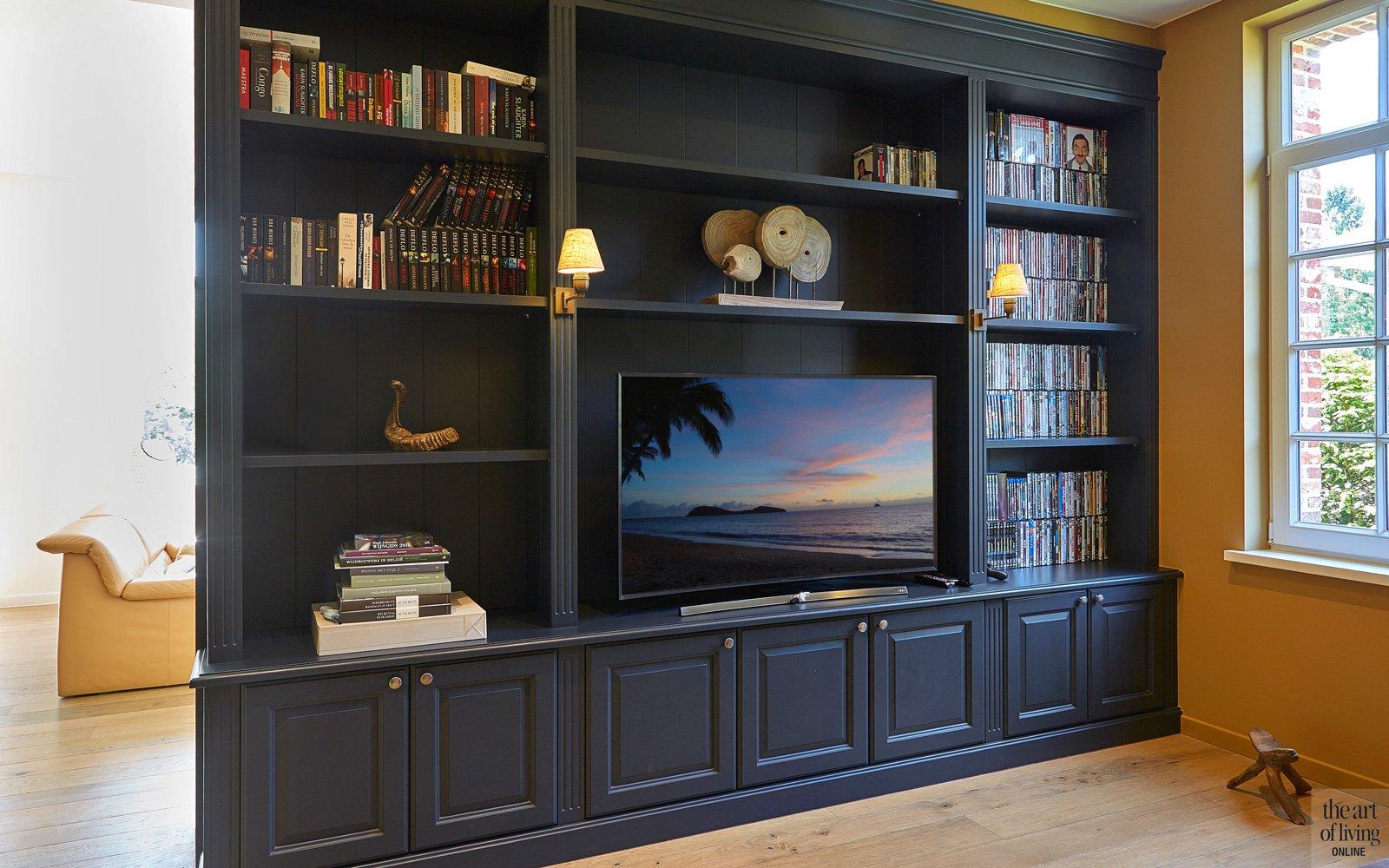Relaxruimte, televisieruimte, nachtblauwe boekenkast op maat,