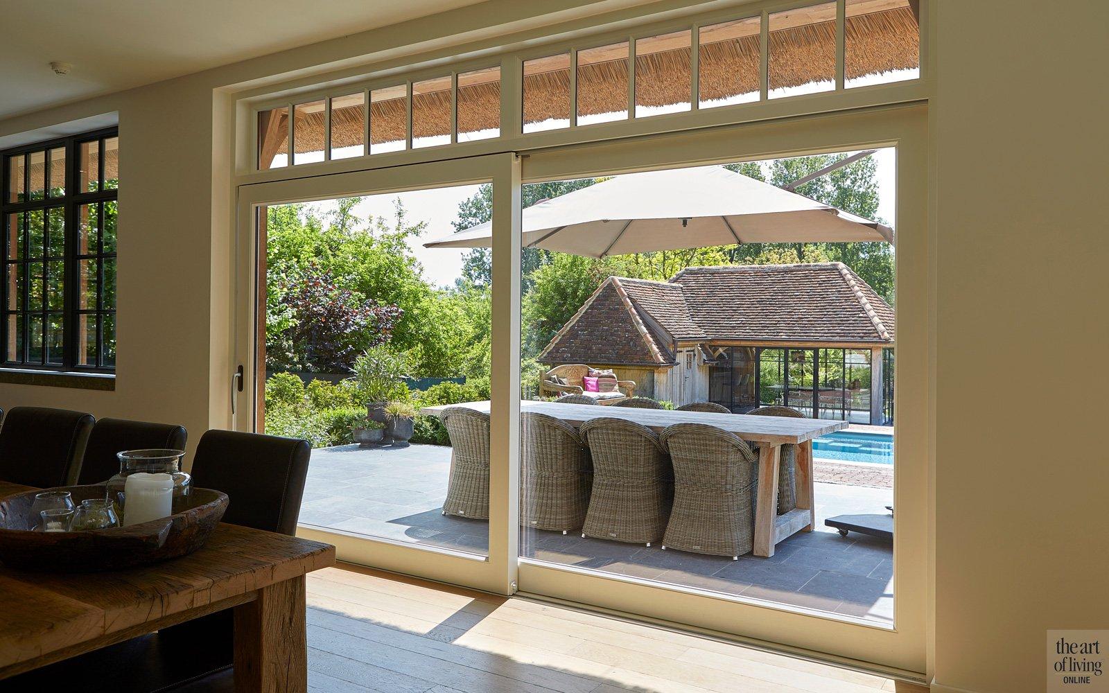 Zicht vanuit de woonkamer op de tuin, dankzij groot raam
