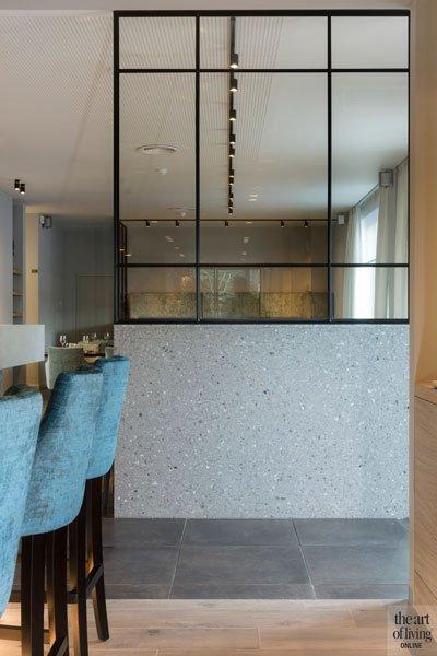 De stalen ramen en deuren van Pieter van Damme scheiding tussen de keuken en de tafels, Restaurant Chaflo & Co, Bouw-iD