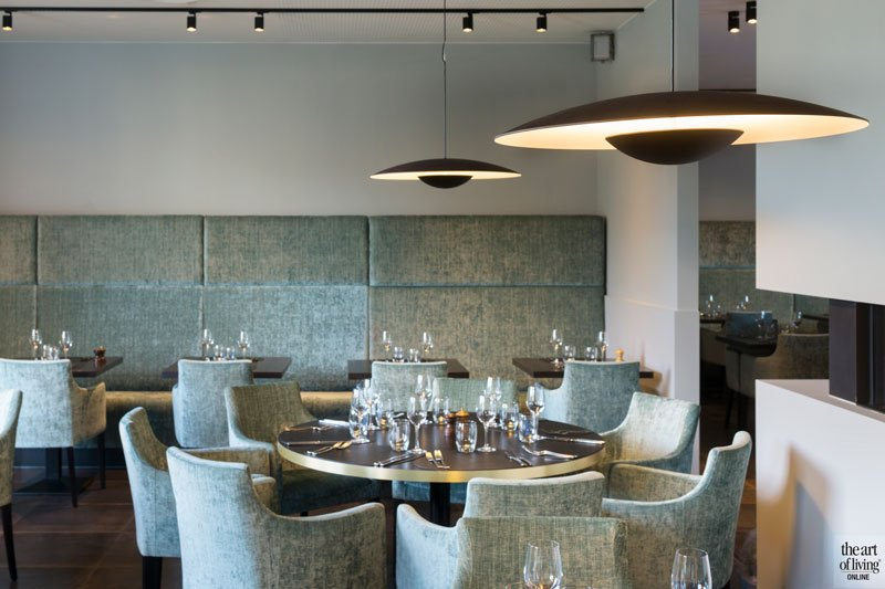 Stoeltjes van Astronova, stof, stoffen achterwand, visueel effect, Restaurant Chaflo & Co, Bouw-iD