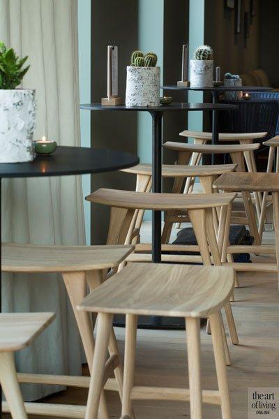 Interieur door stylisten van Cazelle, warme tinten, houten barkrukjes, Restaurant Chaflo & Co, Bouw-iD