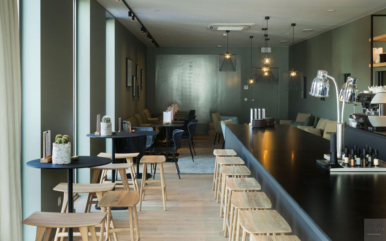 Wijnbar, houten barkrukjes, plankenvloer door Parketlounge, Restaurant Chaflo & Co, Bouw-iD