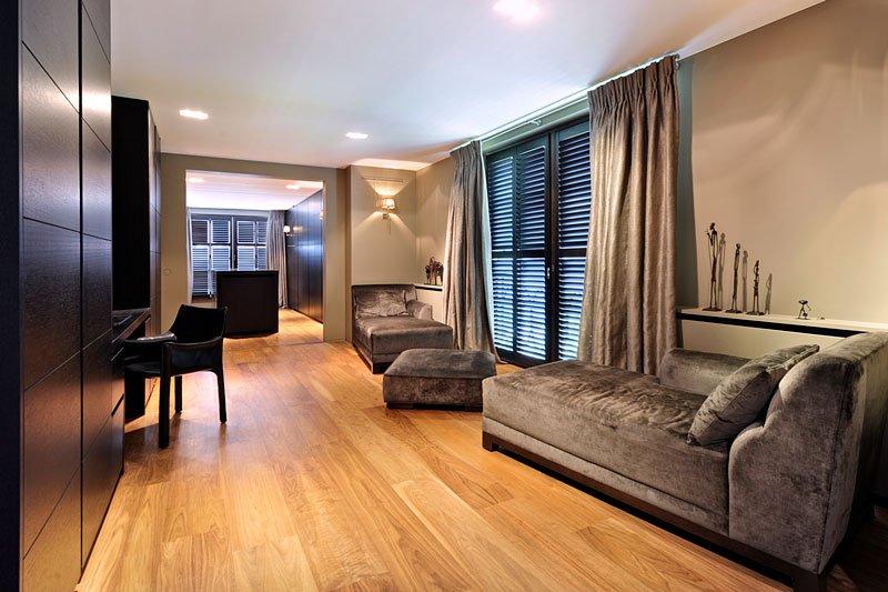 Slaapkamer, bovenverdieping, houten vloer, sfeervol, grote ramen, klassieke villa, Bart François