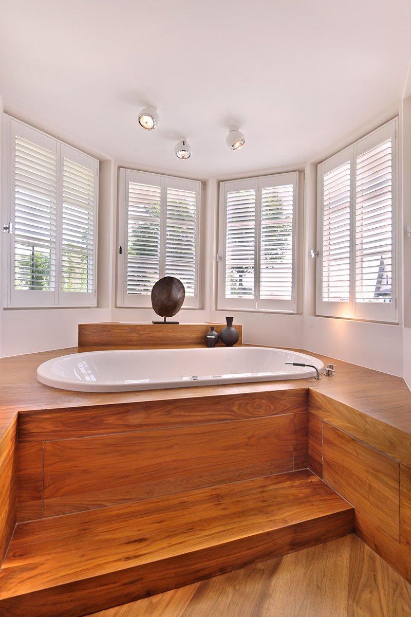 Badkamer, bad, hout, lichtinval, ramen, sanitair, Peter De Groote, klassieke villa, Bart François