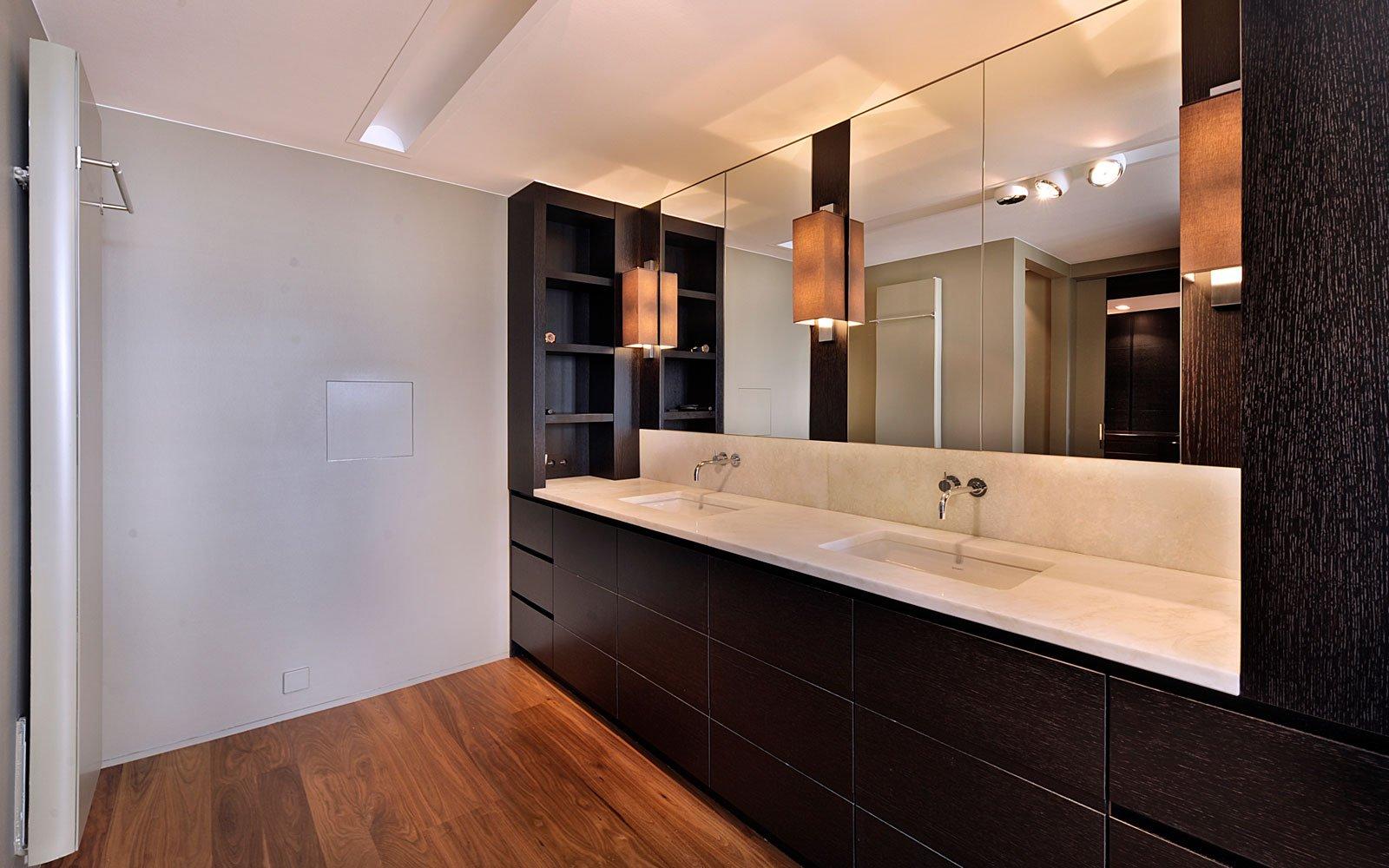 Badkamer, wastafel, grote spiegel, houten vloer, klassieke villa, Bart François