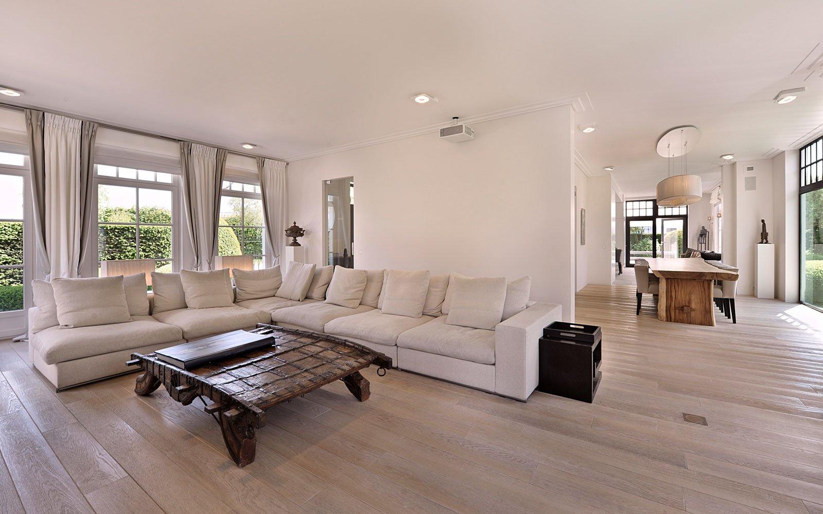 Woonkamer, lounge, hoekbank, houten vloer, ruimtelijk, lichtinval, klassieke villa, Bart François