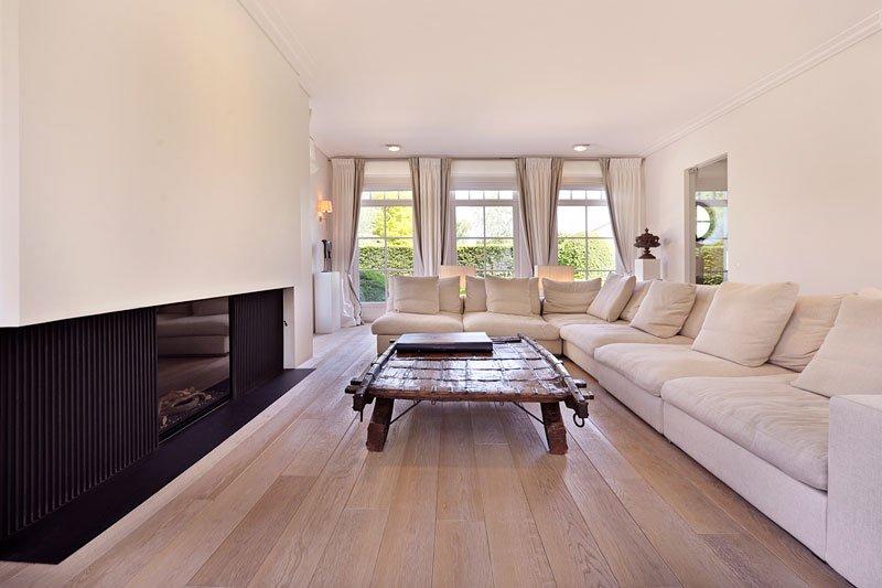 Woonkamer, living, hoekbank, open haard, sfeervol, houten vloer, klassieke villa, Bart François