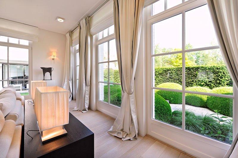 Woonkamer, grote ramen, zicht op de tuin, lichtinval, klassieke villa, Bart François