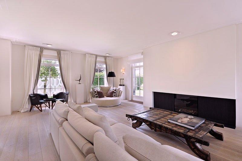 Woonkamer, loungebank, open haard, houten vloer, sfeervol, klassieke villa, Bart François