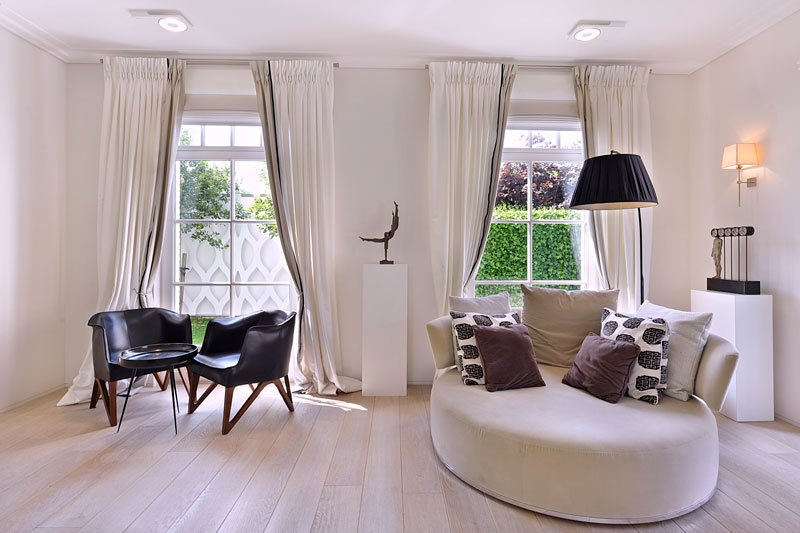 Woonkamer, houten vloer, loungebank, grote ramen, lichtinval, klassieke villa, Bart François