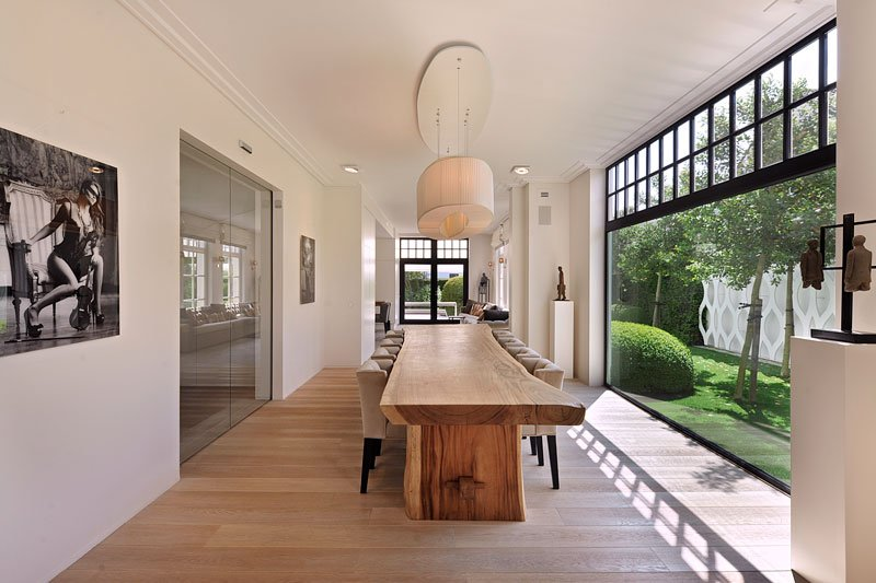 Woonkamer, houten tafel, boomstamblad, grote ramen, lichtinval, houten vloer, klassieke villa, Bart François