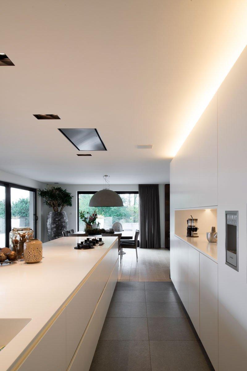 Maatwerk keuken, Vado Keukens, strakke witte keuken, parketvloer, moderne villa, VVR Architecten