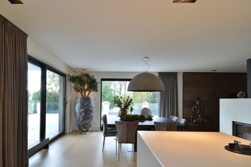 Keuken, zicht op woonkamer, open verbinding, grote ramen, eettafel, parketvloer, moderne villa, VVR Architecten