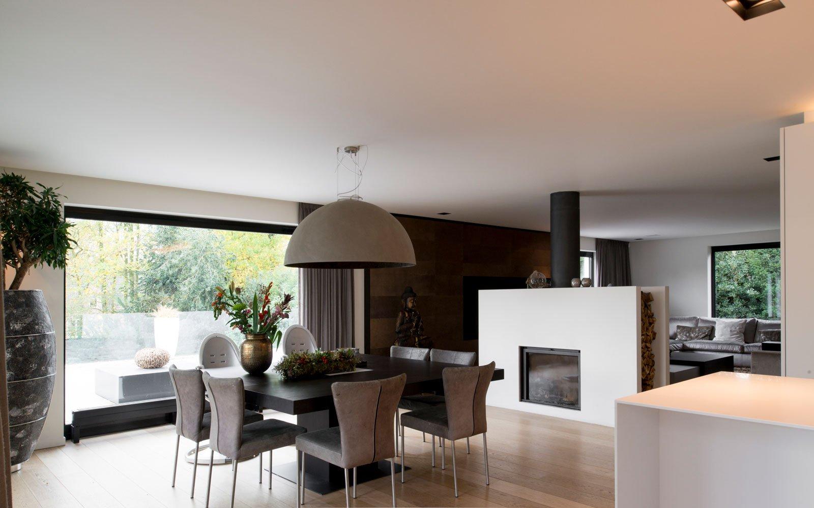 Woonkamer, eettafel, sfeervol, open haard, tunnelhaard, Stuv, moderne villa, VVR Architecten