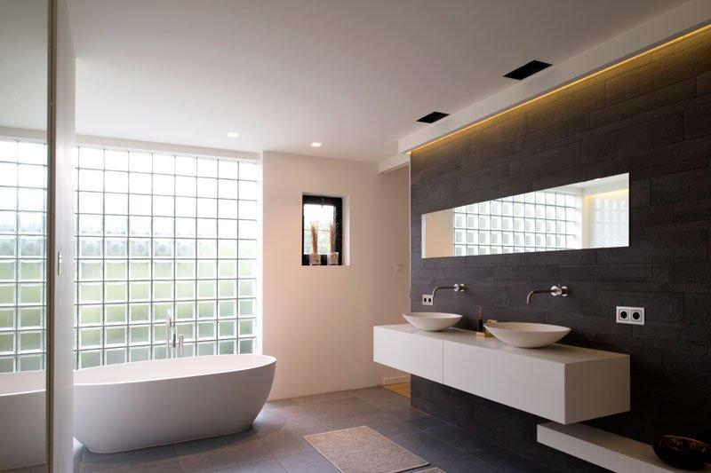 Badkamer, vrijstaand bad, maatwerk, donkere tegels, Mosa, moderne villa, VVR Architecten
