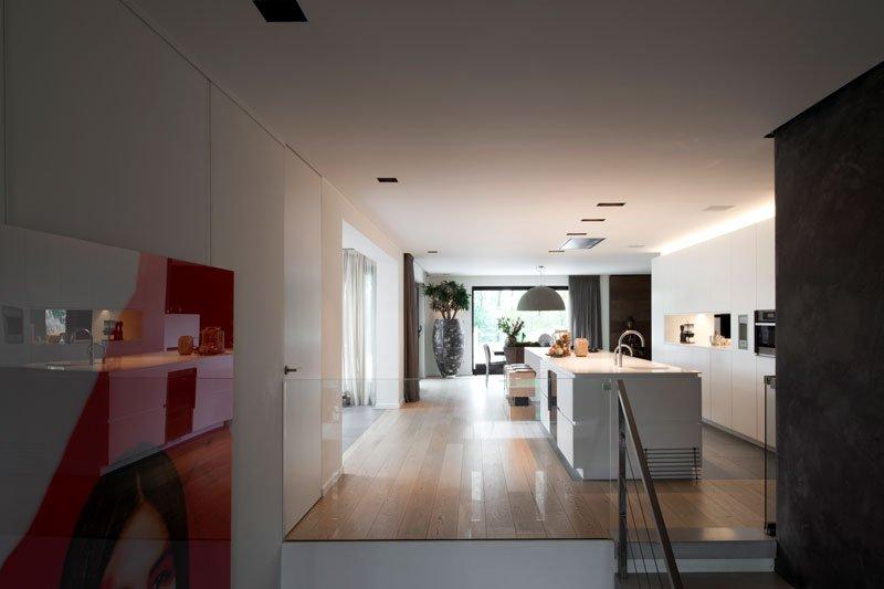 Living op de eerste verdieping, parketvloer, open ruimte, keuken, moderne villa, VVR Architecten