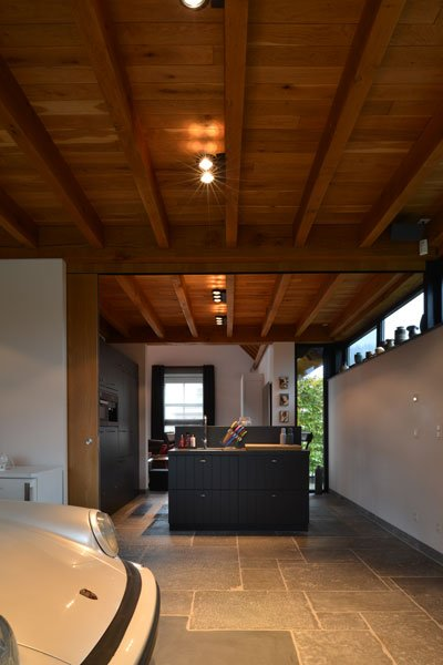 Open verbinding, keuken, parkeerplaats, houten balken, modern gastenverblijf, VVR Architecten