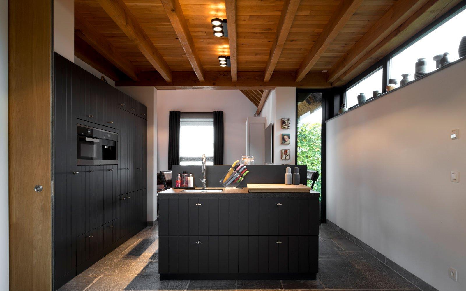 Keuken, inbouwkeuken, Bouwcenter Nelemans, houten plafond, modern gastenverblijf, VVR Architecten