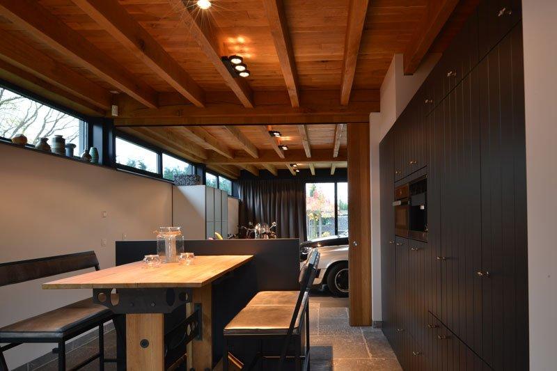 Keuken, eettafel, open verbinding, ruimtelijk, houten balken, natuurlijke materialen, gastenverblijf, modern, VVR Architecten