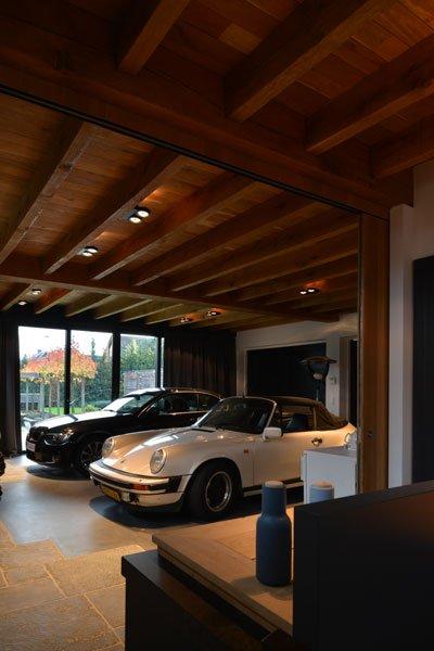 Parkeerplaats, luxe auto's, zicht vanuit de keuken, houten balken, gastenverblijf, modern, VVR Architecten
