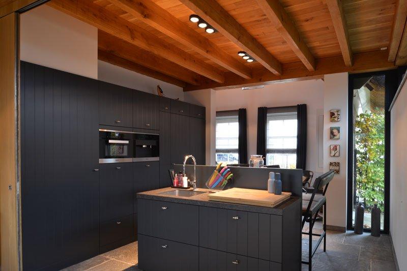 Keuken, Bouwcenter Nelemans, inbouwkeuken, open verbinding, kookeiland, modern gastenverblijf, VVR Architecten