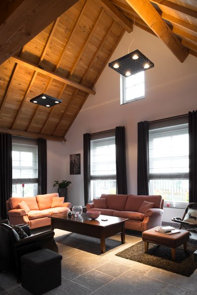 Woonkamer, loungebank, hoog, ruimtelijk, houten balken, natuurlijke materialen, modern gastenverblijf, VVR Architecten