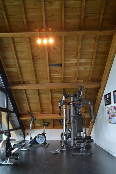 Fitnessruimte, sporten, houten balken, modern gastenverblijf, VVR Architecten