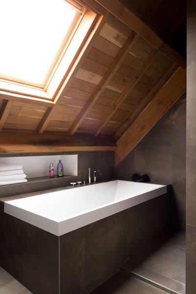 Badkamer, bad, dakraam, houten balken, modern gastenverblijf, VVR Architecten