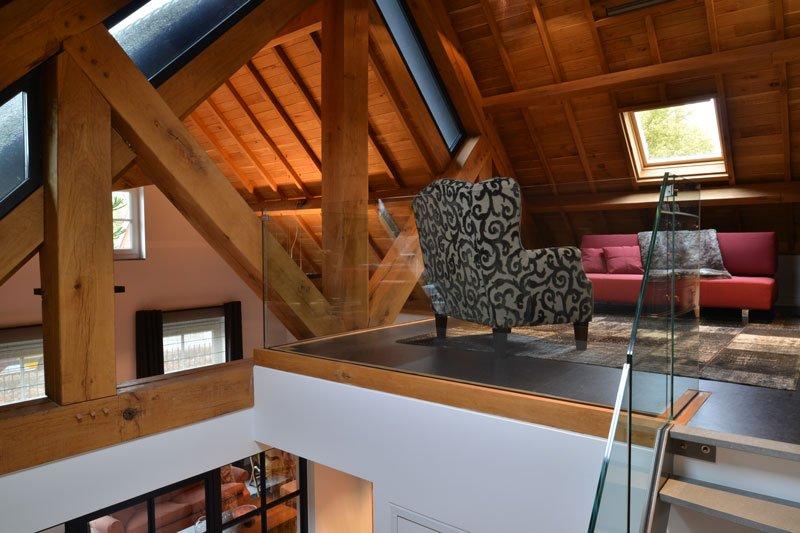 Bovenverdieping, vide, lounge, houten balken, ruimtelijk, modern gastenverblijf, VVR Architecten