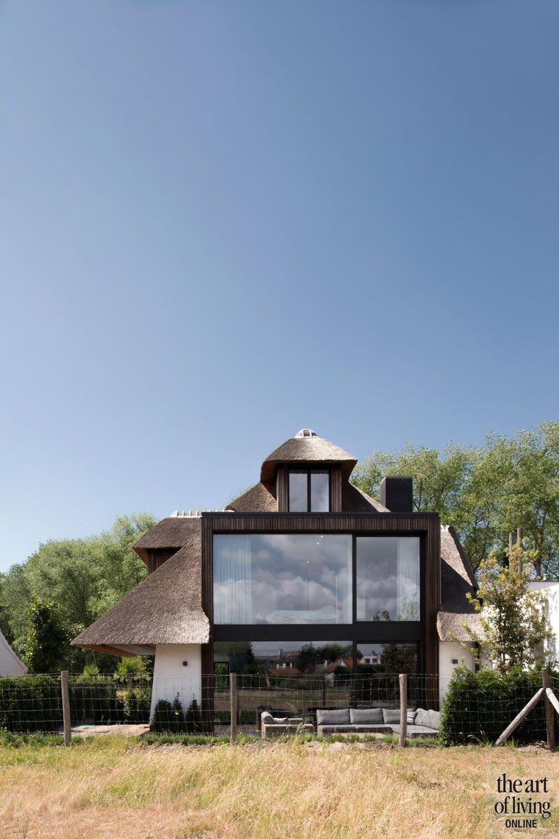 Gevelbekleding, zwartgebrand hout, rieten dak, koollaag, Shoe Sugi Ban, duurzaam, esthetisch, ruime villa, HC Demyttenaere