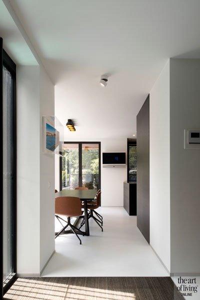 Witte gietvloer, Liquid Floors, licht en ruimte, ruime villa, HC Demyttenare