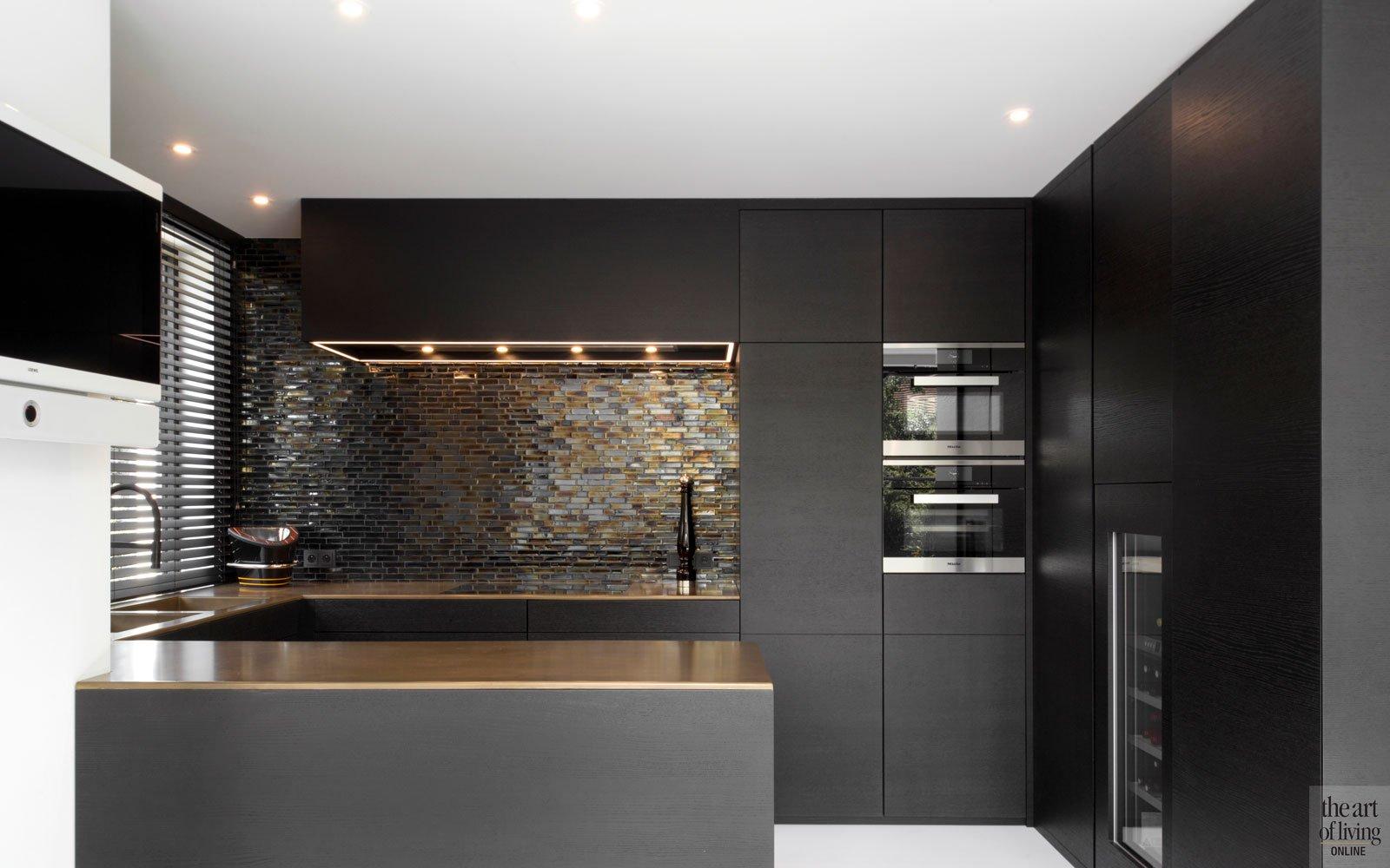 Maatwerk keuken, werkblad staal, gelakt met brons en messing, blauwkoper Murano glastegels, ruime villa, HC Demyttenaere