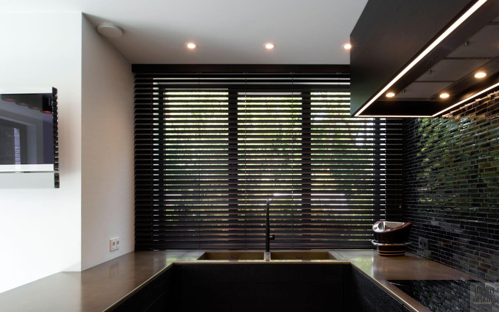 Maatwerk keuken, keukenblad in brons en messing, shutters, zonwering, ruime villa, HC Demyttenaere
