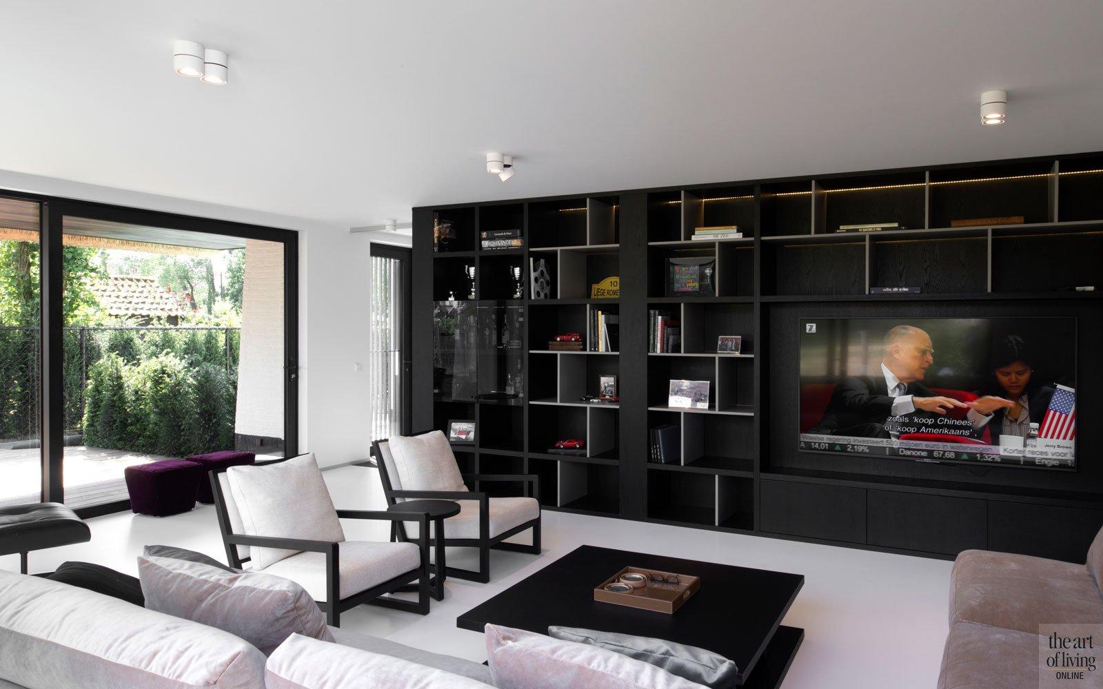 Woonkamer, living, maatwerk kast, televisie van Loewe, gietvloer, Liquid Floors, ruime villa, HC Demyttenaere