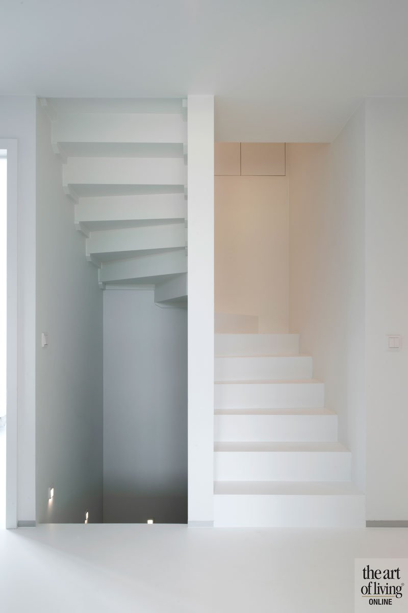 Vloer en trap lopen in elkaar over, wit, strak, ruime villa, HC Demyttenaere