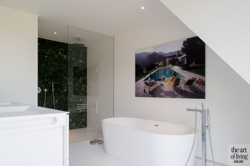 Badkamer in slaapkamer, vrijstaand bad, douche, Muranowand, groen glas, ruime villa, HC Demyttenaere