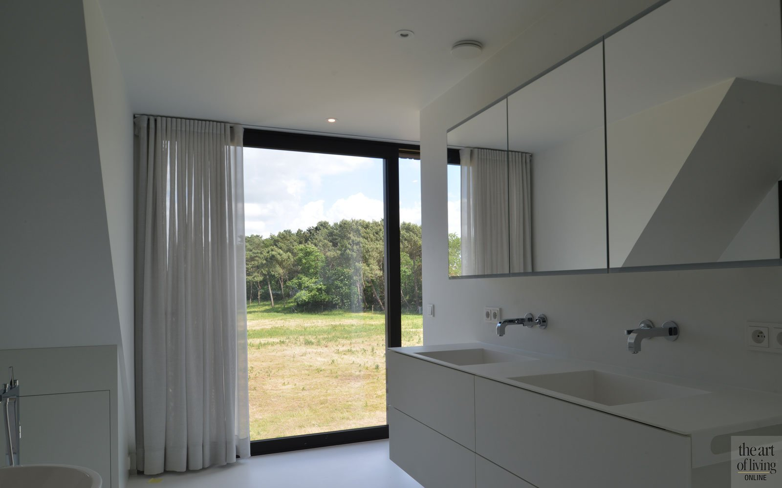 Badkamer, ruimte, licht, wastafel, wit, strak, ruime villa, HC Demyttenaere